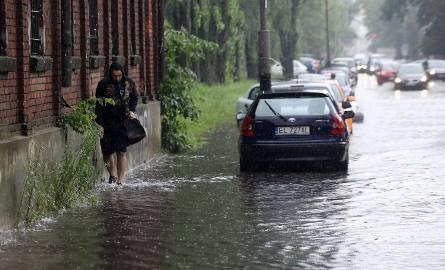 Silne burze przechodzą nad woj. śląskim od poniedziałku. Wiele dróg zamienia się w rwące rzeki