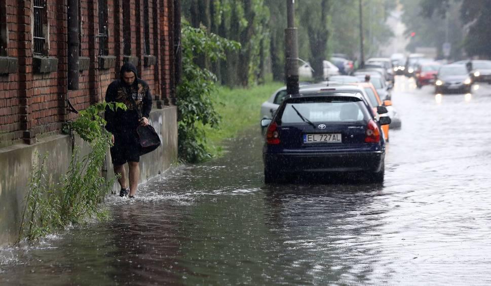 Film do artykułu: Burze z gradem 27.07.2016 w woj. śląskim i silne deszcze OSTRZEŻENIE Wiatr do 70 km/h