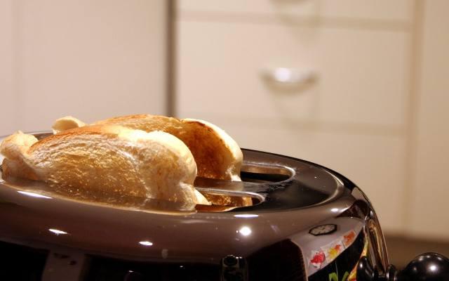 Jeżeli z tostera korzystać będzie jedna lub góra dwie osoby jednocześnie, to sprawdzi się niewielki tradycyjny toster. Ma on najczęściej dwie szczeliny