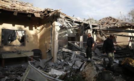 Atak rakietowy na Izrael 25.03 ZDJĘCIA Pociski ze Strefy Gazy spadły na dom k. Tel Awiwu, 7 osób rannych. Netanjahu zapowiada odwet [WIDEO]