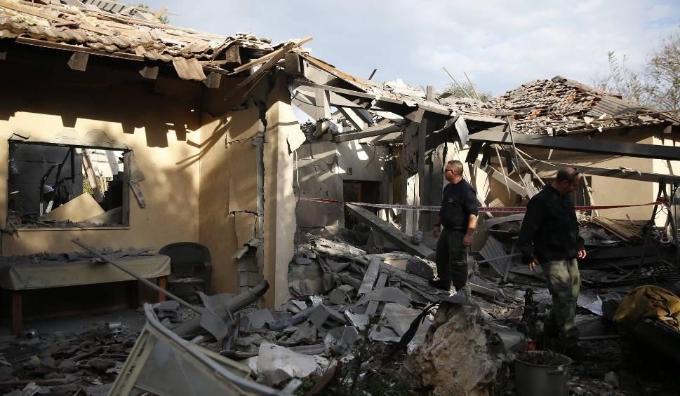 Film do artykułu: Atak rakietowy na Izrael 25.03 ZDJĘCIA Pociski ze Strefy Gazy spadły na dom k. Tel Awiwu, 7 osób rannych. Netanjahu zapowiada odwet [WIDEO]