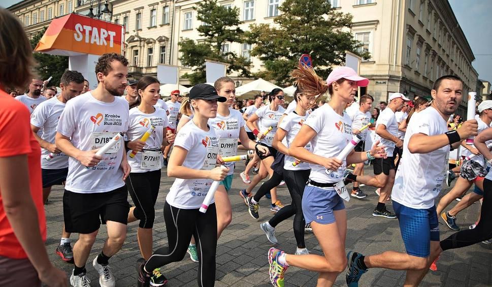 Film do artykułu: Wielka frekwencja w charytatywnym biegu sztafetowym Kraków Business Run [ZDJĘCIA]