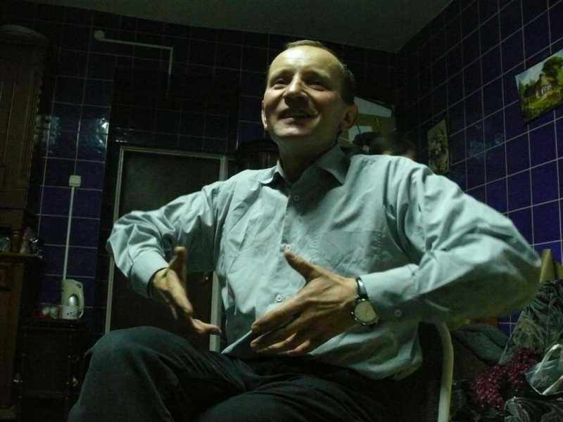 """Wojciech Zarzycki – znany w całej Polsce jako """"Niemagister"""" jest jednym z motorów napędowych świetlicy mieszczącej się w piwnicach staszowskiego ogólniaka."""
