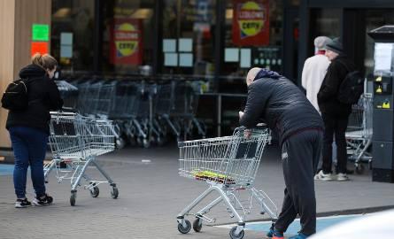 Niektóre sklepy przed Wielkanocą będą czynne całodobowo. Wszystko po to, aby ułatwić Polakom zrobienie zakupów. Dotychczasowe ograniczenie pozwala marketom