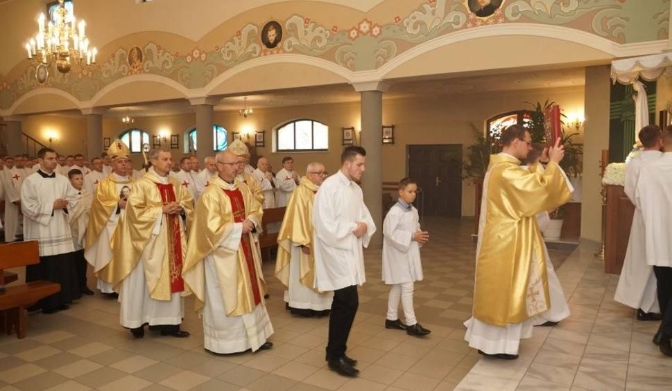 Film do artykułu: Kapłani z diecezji kieleckiej pielgrzymowali do sanktuarium we Włoszczowie. Był też biskup Jan Piotrowski [ZDJĘCIA]
