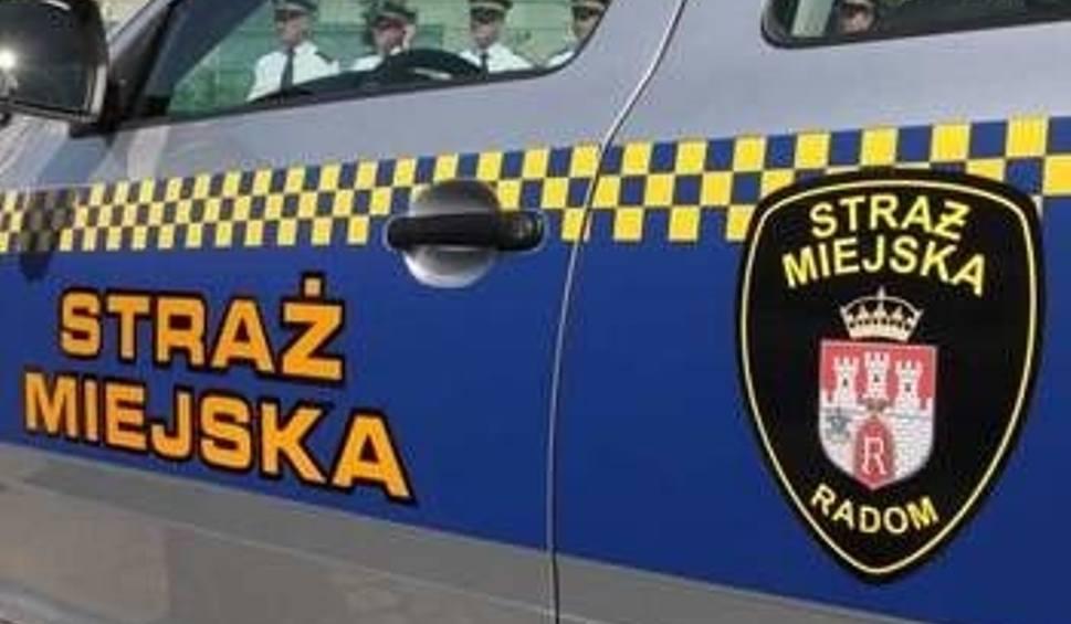 Film do artykułu: Wypadek w budynku Straży Miejskiej w Radomiu. Ucierpiał strażnik po służbie. Był po alkoholu?