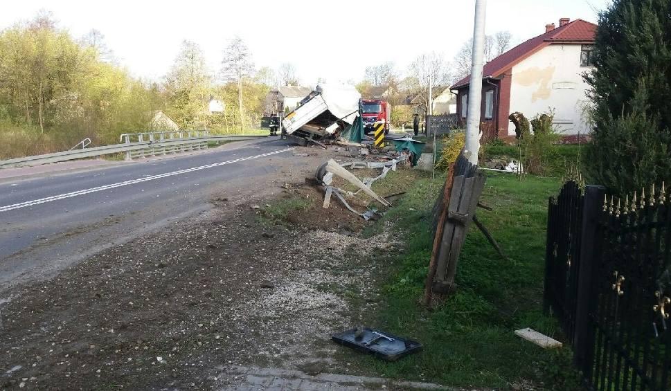 Film do artykułu: Kolizja w powiecie buskim. Pijany kierowca wjechał tirem w bariery. Droga jest zablokowana!