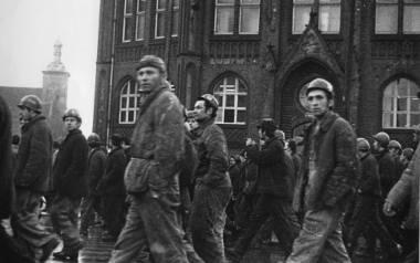 Gdańsk, 14 grudnia 1970 r., pracownicy Stoczni Gdańskiej im. Lenina wracający spod KW PZPR, na wysokości I Liceum Ogólnokształcącego