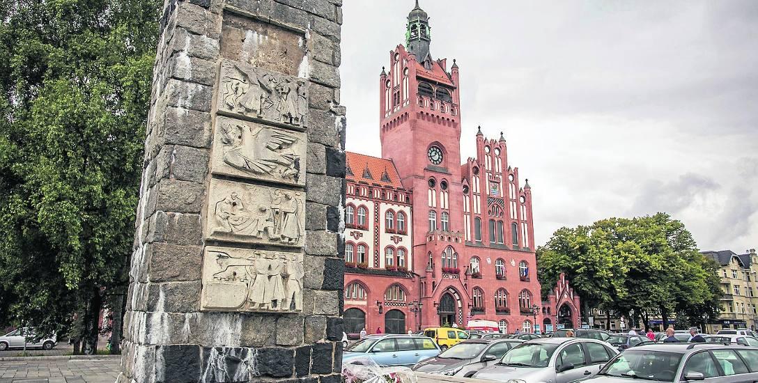 Pomnik Żołnierza Polskiego na placu Zwycięstwa miał zostać odrestaurowany na 11 listopada. Jednak aby dotrzymać terminów, potrzeba dodatkowych pieni