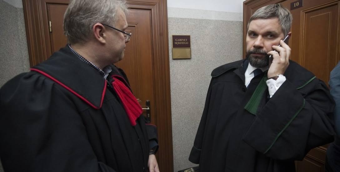 Mecenas Arkadiusz Tetela (z prawej) jest pełnomocnikiem rodziny, która nie zgodziła się m.in. na  szczepienie swojego dziecka. Wczoraj zapowiedział też,