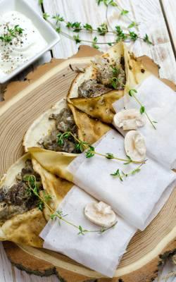 Naleśniki z grzybami, żółtym serem i tymiankiem.