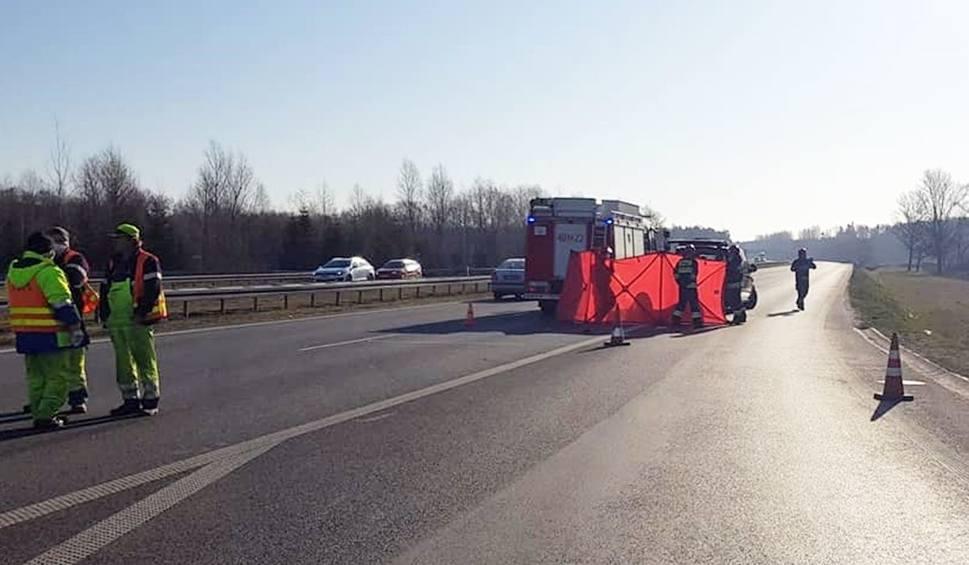 Film do artykułu: Tragiczny wypadek na autostradzie A4 Katowice - Kraków. Kobieta zginęła na miejscu. Przejechał ją samochód