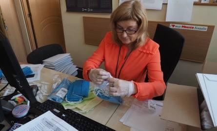 Maseczki dla koszalinian są sukcesywnie pakowane w ratuszu, a następnie dostarczane do skrzynek pocztowych