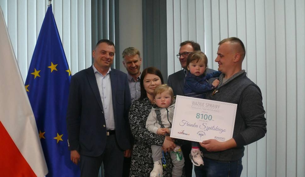 Film do artykułu: Radom. Pobiegli, żeby mały Franek Szpilski mógł samodzielnie chodzić. Rodzice dostali czek na leczenie chłopca