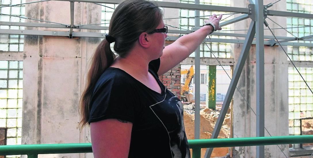 Krystyna Kierzkowska pokazuje, jak drgania przy budowie, wpływają na okoliczne kamienice