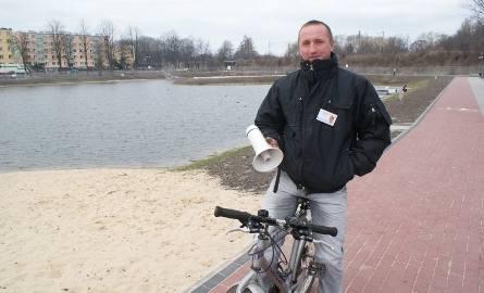 Nad bezpieczeństwem spacerowiczów czuwa Marek Walczyński. Za pomocą tuby ostrzega, żeby nie podchodzić zbyt blisko do zimnej o tej porze roku wody.