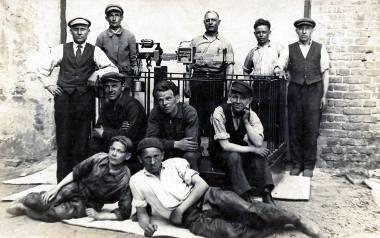 Gustaw Zenf (stoi trzeci od lewej), mąż Felicji, przed wojną należał do załogi fabryki wag Wilhelma Hessa, która mieściła się przy ulicy Lubartowskiej