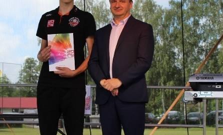 Marek Komorowski po otrzymaniu od prezydenta Żor Waldemara Sochy nagrody za osiągnięcia sportowe.