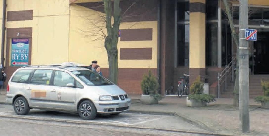 - W Słupsku chyba nie ma niepełnosprawnych taksówkarzy, a tylko dla nich jest jedno miejsce postojowe - mówi czytelnik.