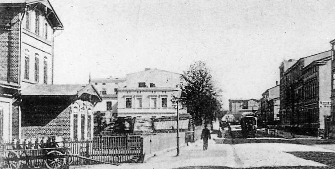 Zdjęcie mleczarni (stoi przed nią wóz z kanami mleka) w Szczecinku z początków XX wieku, w tle dzisiejsza ulica Wyszyńskiego wraz z nieistniejącym już