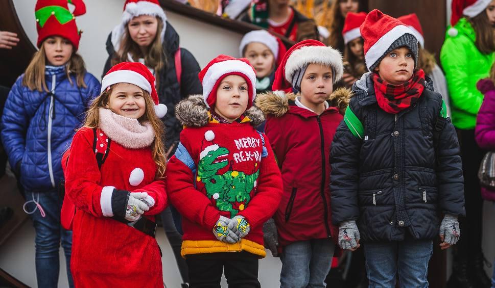 """Film do artykułu: """"Fala Dobra"""" zalała gdańskie ulice. Dzieci nagrały teledysk z kolędą [Zdjęcia, wideo]"""