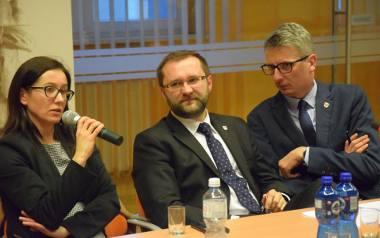 Nadzwyczajna sesja rady powiatu w Kluczborku. Od lewej: prezes szpitala Sylwia Jarczewska, starosta Mirosław Birecki, wicestarosta Rafał Neugebauer.