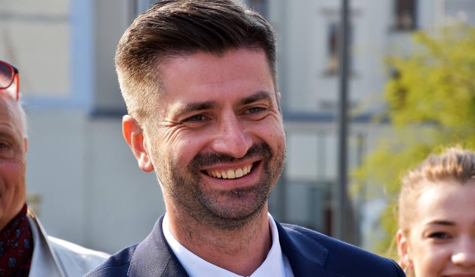 Film do artykułu: Krzysztof Śmiszek z Wiosny: Polacy są bardziej tolerancyjni od reprezentujących ich polityków