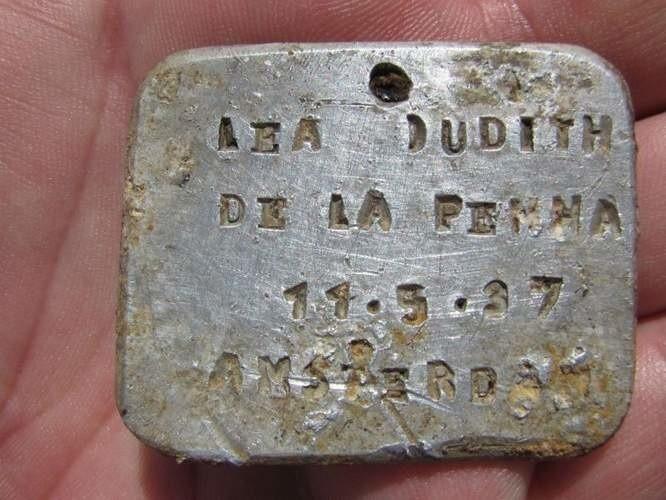Blaszka jest pierwszym przedmiotem znalezionym na terenie Sobiboru, na którym są dane osobowe: imię, nazwisko, data urodzenia