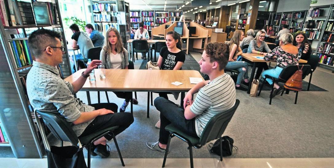 Metoda Żywej Biblioteki funkcjonuje już kilkanaście lat i jest realizowana w ponad 80 krajach. Koszalińska Biblioteka Publiczna organizuje spotkania