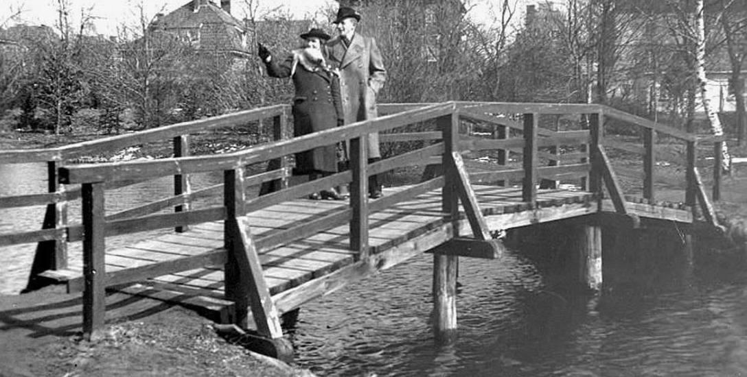 Mostek łączący brzegi stawków w parku za obecną ulicą Arciszewskiego. Wtedy stawy te nosiły imię Neumanns Aue