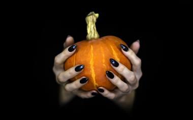Jakie paznokcie na Halloween będą świetnym pomysłem? Wśród kolorów prym wiedzie m.in. czerń i czerwień. Mówiąc zaś o wzorach nie można zapomnieć o dyniach,