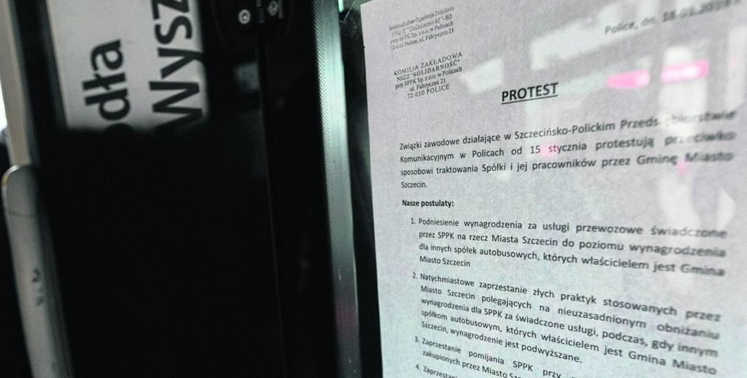 Przyczyny protestu: kartki z informacją  o tym wiszą na kabinach  w polickich autobusach