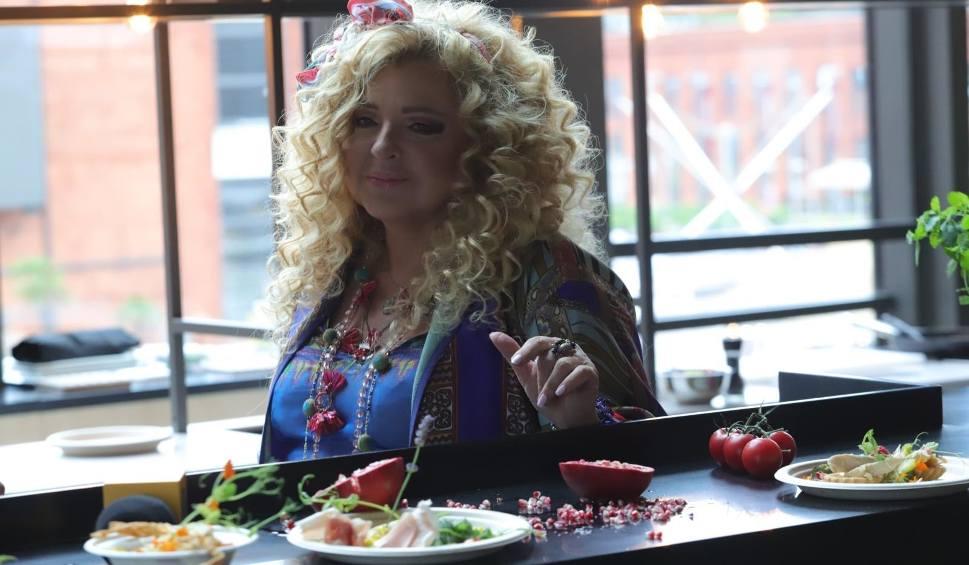 """Film do artykułu: Magda Gessler sprzedaje zupę za złotówkę. """"U Fukiera"""" zupa w promocyjnej cenie dla seniorów. Piękny gest!"""