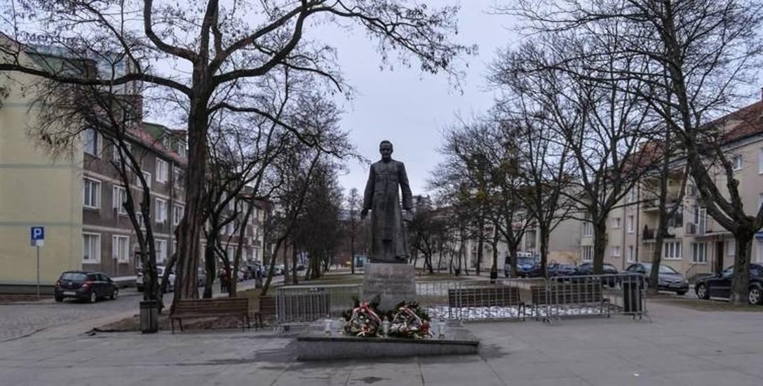 Co dalej z pomnikiem ks. Jankowskiego? Będzie eskalacja konfliktu? Władze miasta: Montaż był bezprawny
