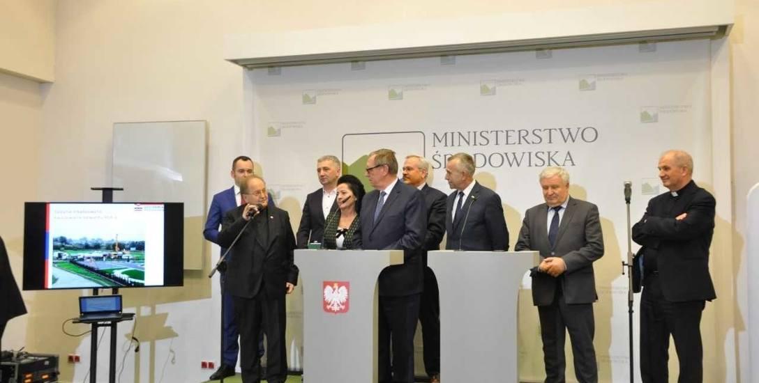 Umowę na dofinansowanie ciepłowni geotermalnej podpisał jej prezes o. Jan Król. Przy wydarzeniu nie zabrakło o. Tadeusza Rydzyka, założyciela fundacji