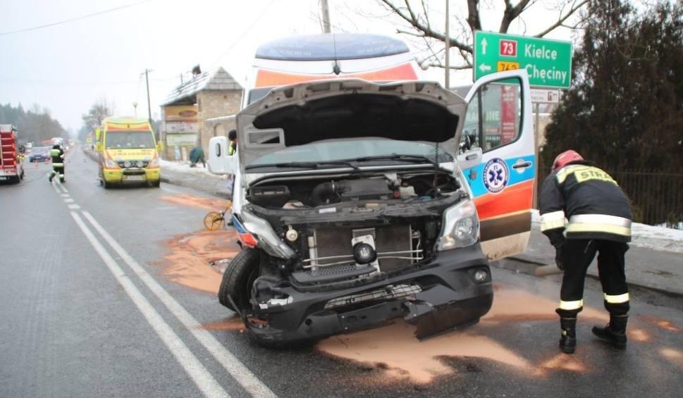 Film do artykułu: Wypadek w Morawicy. Auto zderzyło się z karetką. Trzy osoby w szpitalu