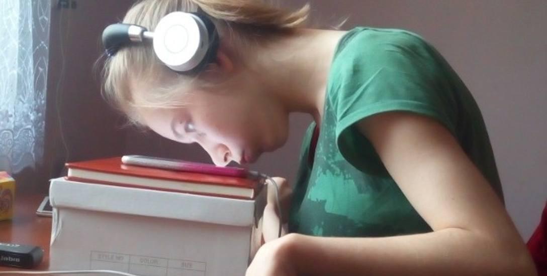 Nos Dominiki Skomiał to jej długopis. To właśnie za jego pomocą zdolna, ale ciężko chora dziewczyna odrabia lekcje
