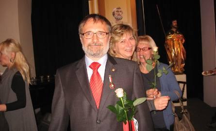 """Podczas wernisażu Remigiusz Kutyła,  został odznaczony odznaką """"Zasłużony dla kultury polskiej""""."""