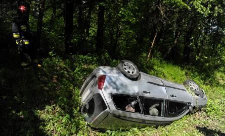 W Aksmanicach w pow. przemyskim, kierujący fordem na zakręcie stracił panowanie nad autem, wjechał do rowu i dachował. 64-letni mężczyzna na miejscu