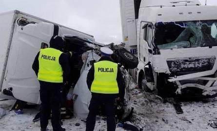 Szypliszki: Wypadek na DK 8. Droga zablokowana po zderzeniu TIR-a z busem. Jedna osoba ranna