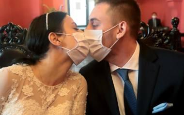 Niektóre pary młode decydują się na ślub w czasie pandemii. Niestety, muszą się stosować do obowiązujących restrykcji sanitarnych. Oprócz ograniczeń