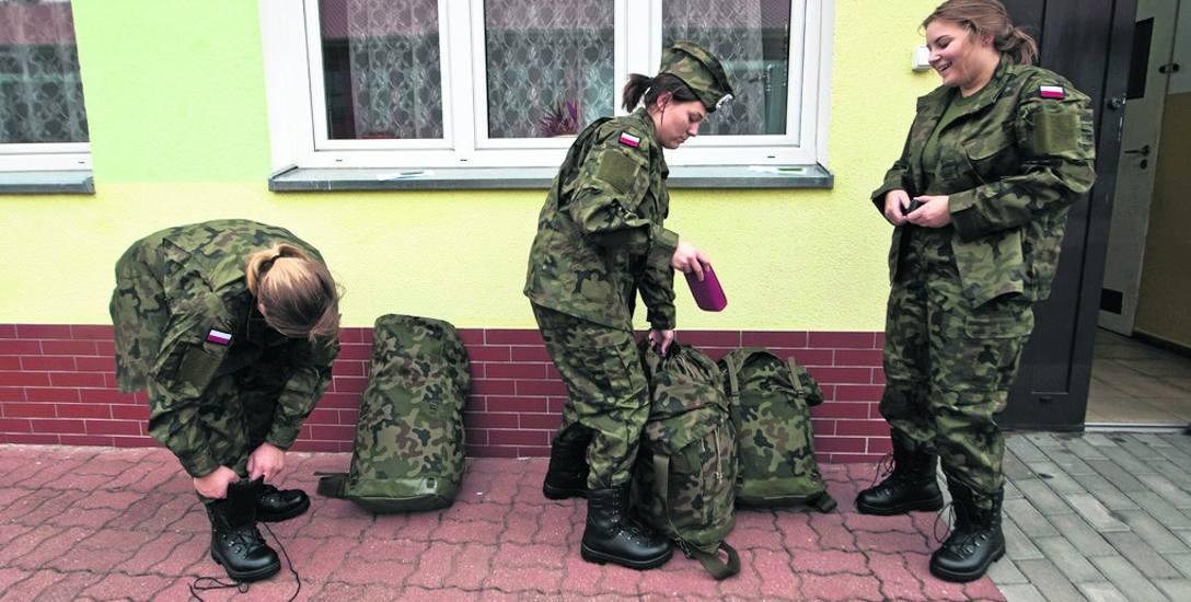 Wczoraj ochotnicy (i ochotniczki!) założyli mundury, a do worka wrzucili wojskowe dresy i przydziałowe kosmetyki. Do czasu przysięgi, która odbędzie