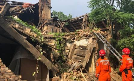 Zawaliła się ściana budynku jednorodzinnego w Gdyni Pogórzu. To skutek burzy? Dom był opuszczony. Psy nie stwierdziły obecności ludzi