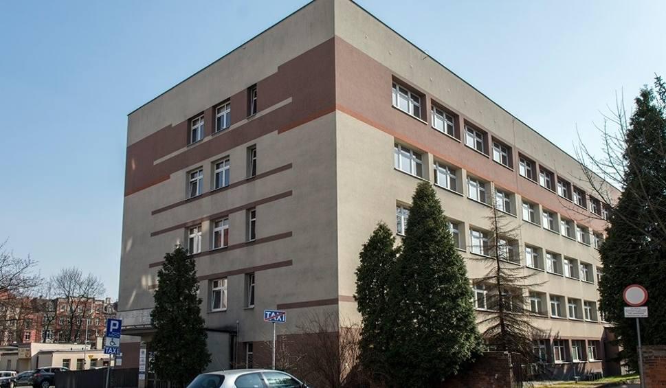 Film do artykułu: Izba przyjęć szpitala w Bytomiu zamknięta. Przywieziono pacjenta z objawami wskazującymi zakażenie koronawirusem