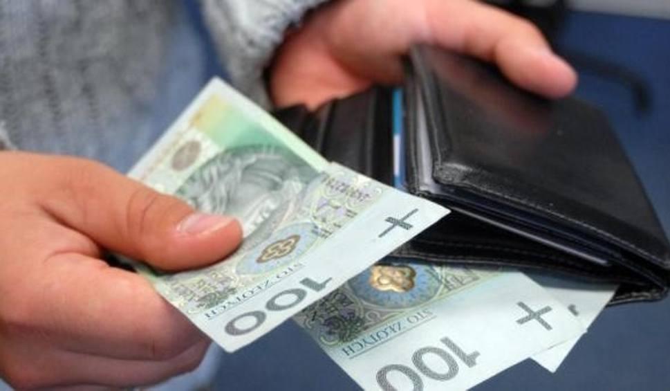 Film do artykułu: 5 tysięcy złotych leżało na ulicy. Zgadnijcie, co ze znaleźnym zrobiły dwie nastolatki