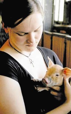Monika Petrynka nie ma wątpliwości, że świnie są inteligentne (© Marta Pasternak) - 556213db0d6b5_o,size,250x400,q,71,h,33e770