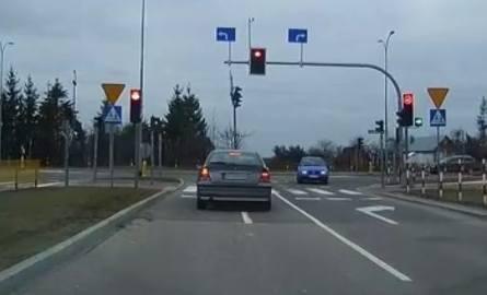 Sąd Rejonowy w Białymstoku potrafi rozkojarzyć kierowców do tego stopnia, że skręcają pod pad w ulicę Kuronia