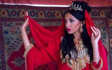 Sari stanowi najbardziej charakterystyczny element tradycyjnego stroju indyjskiego i wiele mieszkanek Indii nosi je na co dzień. Wersję ślubną cechuje