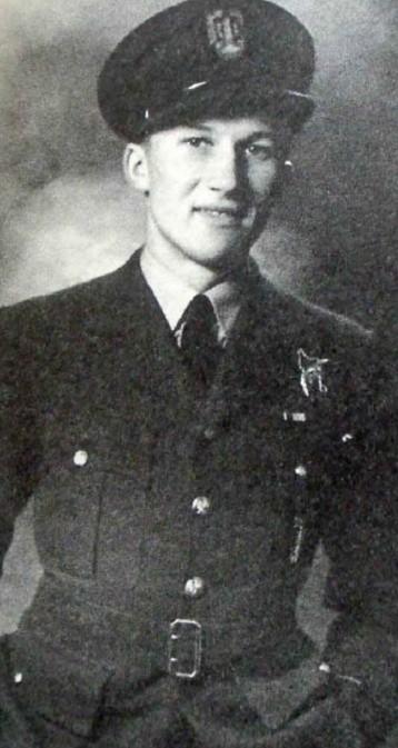 Adam Lipiński w czasie służby w Dywizjonie 305. Karierę wojskową ukończył w stopniu pułkownika.