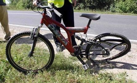 Rower, którym jechała kobieta, ma tylko wygięte tylno koło
